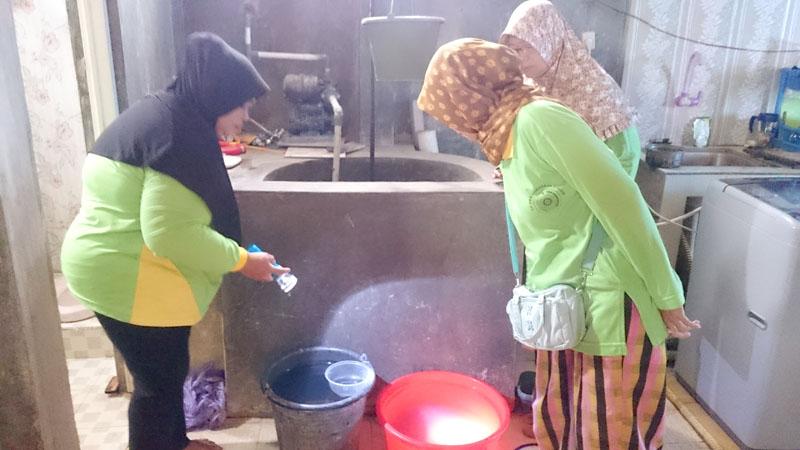 PSN: Tim PSN Sokaraja Kulon sedang memeriksa rumah-rumah dan lingkungan sekitar untuk pencegahan dan pemberantasasn DB.
