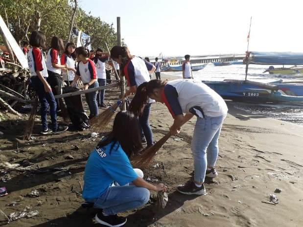 SMP Pius Cilacap Awali KBM dengan Bersih Pantai