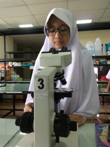 Siswa SMP Muhammadiyah 1 Purwokerto Amati Sel di Kampus UMP