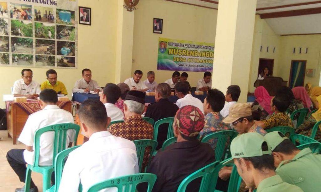 Musrenbangdes : Pelaksanaan Musrenbangdes Desa Kuta Agung Kecamatan Dayeuhluhur Kabupaten Cilacap, Jumat (20/9).