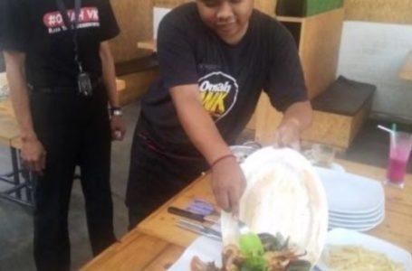 PAKET SEAFOOD : Waitres menyajikan paket seafood dengan cara dituang di atas meja.