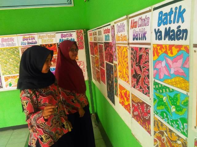 Songsong Hari Batik, SMP N 5 Purwokerto Mengadakan Pameran Desain Motif Batik