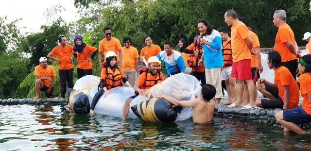 bermain game perahu plastik di kolam renang