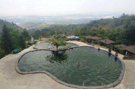 kolam renang alam di pondok wisata umbul sidamukti yang diapit jurang
