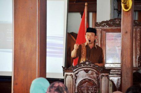 SAMBUTAN : Bupati Banyumas, Achmad Husein memberi sambutan pada worshop yang diadakan Dinsospermasdes, Kamis (7/11).