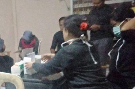 PEMERIKSAAN: Petugas tes HIV saat mengecek para mengecek PSK di Pasar Hewan Purbalingga.
