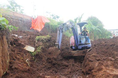 PENANGANAN LONGSOR : Alat berat diturunkan untuk membersihkan sisa longsor tanggul irigasi di Kelurahan Parakancanggah
