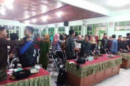 LATIHAN : Karangtaruna Bhakti Mahardika Purwokerto Timur mengadakan latihan kepemimpinan, di Aula Kelurahan Kranji, Selasa (5/11).