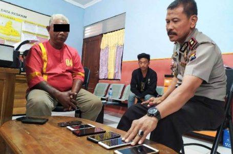 INTEROGASI : Kapolsek Purwokerto Utara Kompol Sudarsono saat menginterogasi pelaku pencurian di rumah kos, sekaligus menunjukkan barang bukti.