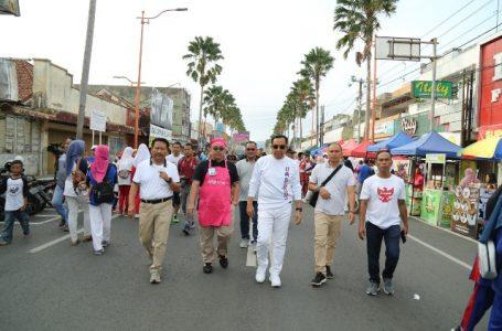 Bupati bersama Sekda berjalan menyusuri sepanjang Jalan Jendral Sudirman yang digunakan untuk CFD.