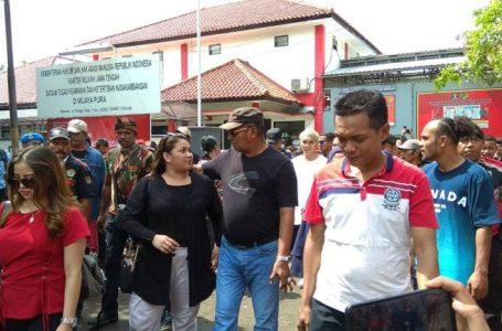 Hirup Udara Bebas, John Kei Dijemput Keluarga di Depan Lapas Nusakambangan