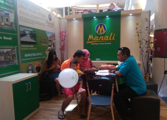 KONSUMEN : Calon konsumen sedang berkonsultasi di stand Griya Manali.