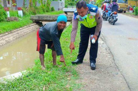 Polisi menunjukkan lokasi kecelakan yang menewaskan Kades Tepakyang Kecamatan Adimulyo.