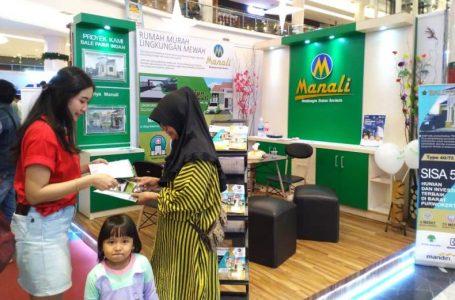 Marketing sedang melayani pengunjung Banyumas Raya Properti Expo di Rita Mall Purwokerto.