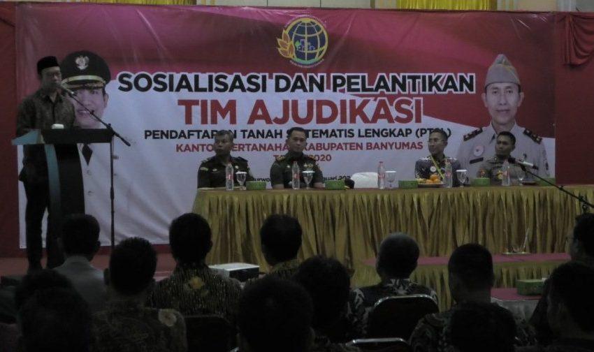 Bupati Banyumas Achmad Husein saat membuka Sosialisasi dan Pelantikan Tim Ajudikasi Pendaftaran Tanah Sistematis Lengkap (PTSL) Rabu (15/1) di RM The Garden Purwokerto.