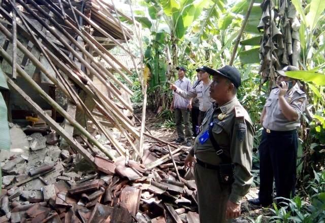 Forkompimca Dayeuhluhur mendatangi rumah Darti di Rt 01 Rw 02 Dusun Nambo Desa Bingkeng yang ambruk usai diguyur hujan dua malam, Selasa (14/01)/TASLIM INDRA