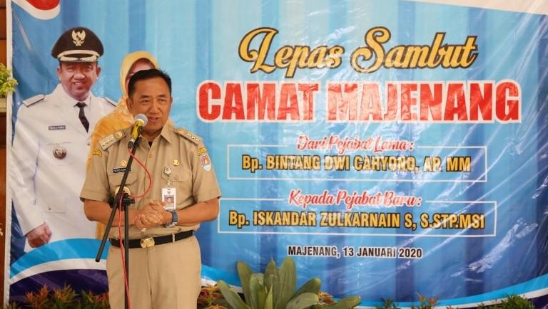 Bupati Cilacap beri sambutan dalam lepas sambut Camat Majenang.