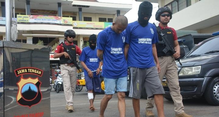 Tersangka spesialis pembobol balai desa dan sekolah bersama dua penadah digiring anggota Satreskrim Polres Cilacap. (Wagino)