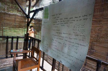 BANGUNAN SEKOLAH: Sekolah Madrasah Tsanawiyah (MTs) Candirenggo di Desa/ Kecamatan Karanggayam Karanggayam yang masih berupa gubuk.