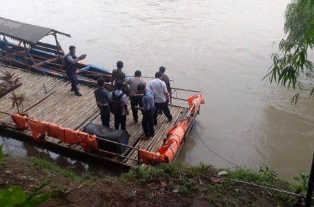 OLAH TKP : Polisi menggelar olah TKP di dermaga Jembatan Linggamas, Rabu (8/11). KIRI : Korban dirawat di rumah sakit