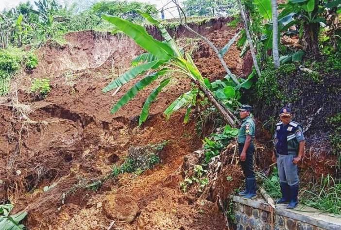 Kasi Tantib Kecamatan Wanareja dan Anggota Koramil Wanareja melakukan pengecekan lokasi Tebing longsor di Rt.01 Rw.02 Dusun Kubangreja Desa Tambaksari Kecamatan Wanareja, Kamis (16/1)/TASLIM INDRA