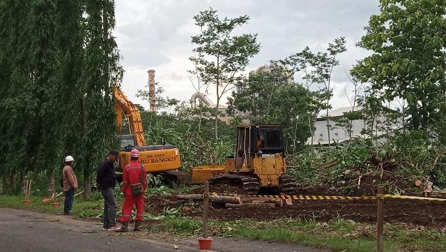 Alat berat excavator dan buldozer membersihkan lahan yang digunakan untuk mega proyek RDMP Cilacap di sekitar Jalan Thamrin, Kelurahan Lomanis. (Wagino)