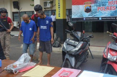 Kapolres Cilacap menginterogasi kedua tersangka pencuri sepeda motor yang ditangkap di dua lokasi berbeda. (Wagino)