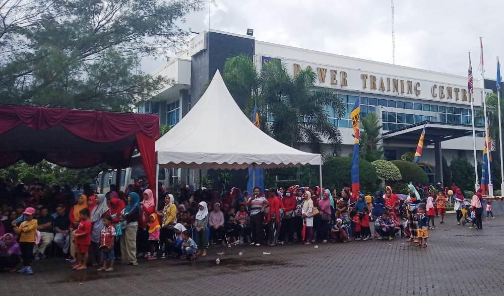 JALAN SEHAT : Usai jalan sehat, warga sekitar PLTU menanti pembagian door prize. (Wagino)