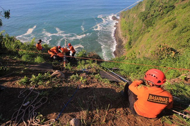 Pemancing Tewas Tergulung Ombak Tersangkut di Tebing Jurang