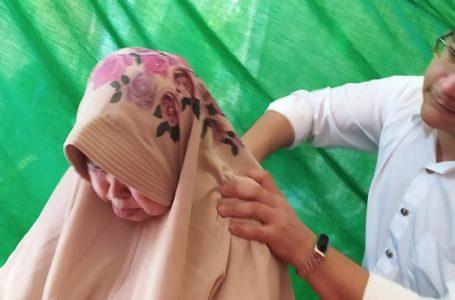 TERAPI: Tim bakti sosial dari Rumah Sakit Islam Banjarnegara saat melakukan sejumlah terapi pada acara maulid akbar bin Yahya di Cisarua Bogor.