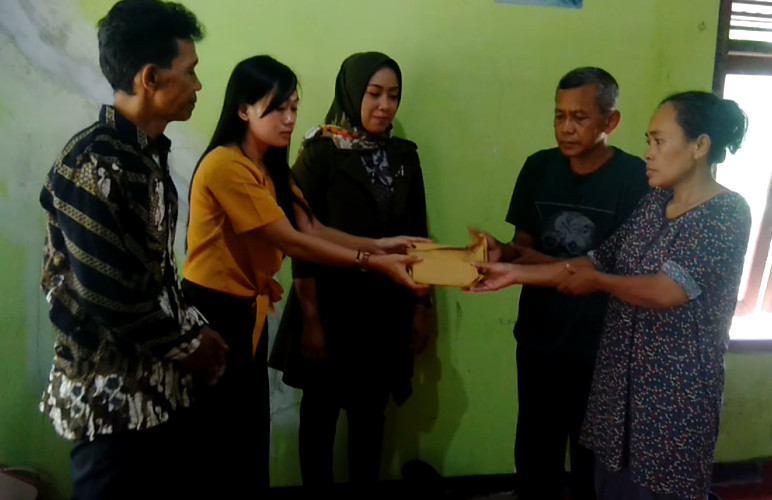 Dhavinta Artis Bintang Dandut Pantura berikan bantuan kepada orangtua almarhum Lukman didampingi Anggit Adi Juwita DPRD Cilacap dan tokoh setempat, Rindang Suroto.