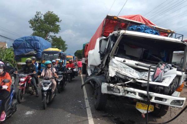 RINGSEK : Kondisi truk tronton rusak parah di bagian depan usai menambrak kendaraan di depannya.