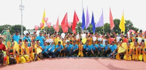 Bupati Cilacap bersama pejabat serta unsur forkopimda berfoto bersama penari kolosal.
