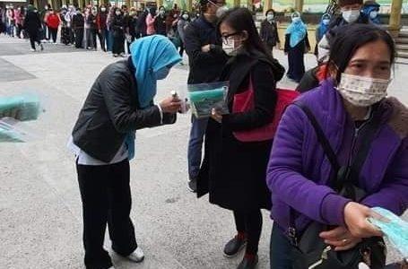 ANTRIAN MASKER : Foto Antrian pembagian masker di KJRI Hongkong. Bantuan masker dari pemerintah, BUMN dan lembaga di KJRI (Istimewa FB milik Judy Huoyai)