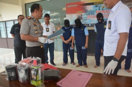 Anggota Unit Reskrim Polsek Sampang menggiring empat pelaku komplotan pengutil barang toko swalayan. (Wagino)