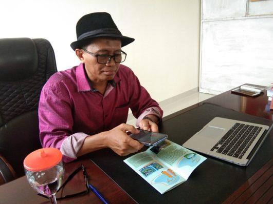 Rektor IT Telkom Purwokerto, Dr Ali Rokhman MSi saat mencoba aplikasi Arepmas.