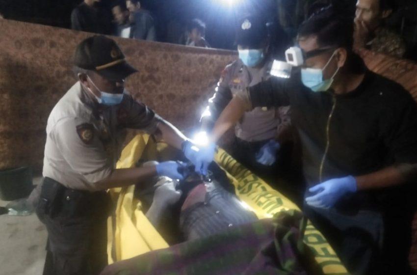 FOTO : Tim medis dari Puskesmas Wanareja II disaksikan Anggota Polsek Wanareja saat melakukan pemeriksaan kondisi jasad korban, Rabu (12/2)/TASLIM INDRA