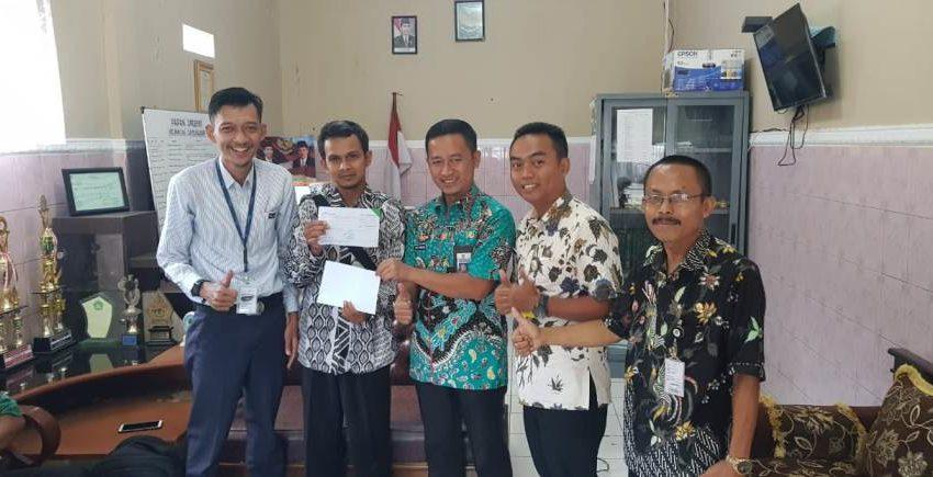 SERAHKAN PAJAK : Camat Dayeuhluhur menyaksikan penyerahan pembayaran pajak oleh Sekretaris Desa Bolang kepada petugas Bank Jateng.