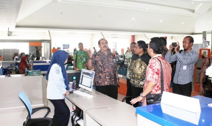 MPP : Sekda Banyumas Wahyu Budi Saptono saat mendampingi rombongan Pemkab Pati di Mal Pelayanan Publik (MPP), Rabu (12/2).