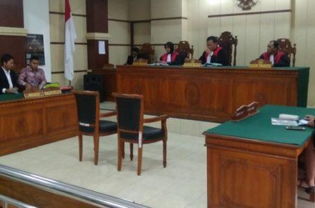 SIDANG : Persidangan kelima antara penggugat Martin Pratiwi yang ditujukan kepada artis kenamaan Ashanty, Selasa (19/2) di PN Purwokerto.