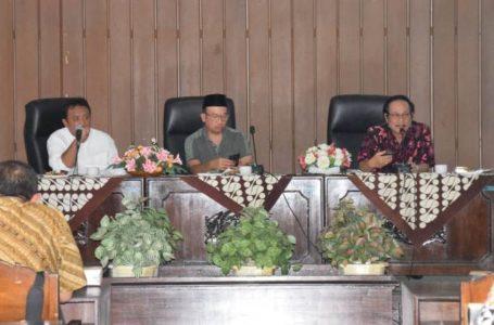 Bupati Banyumas, Achmad Husein memimpin rapat koordinasi pencegahan Penyakit Virus Corona yang diselenggarakan di Graha Satria Purwokerto, Jumat (31/01).