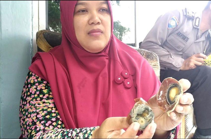 Komaroh (42), pedagang yang menemukan telor asin yang dibeli untuk dijual kembali berwarna coklat, pada Jumat (7/2).