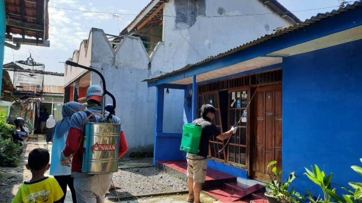 SEMPROT DESINFEKTAN : Pemuda RT 4 RW 4 Karangsalam Kidul menyemprotkan desinfektan ke rumah-rumah warga.