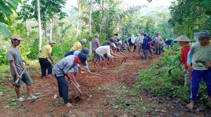 Warga Desa Bingkeng Swadaya Bangun Jalan
