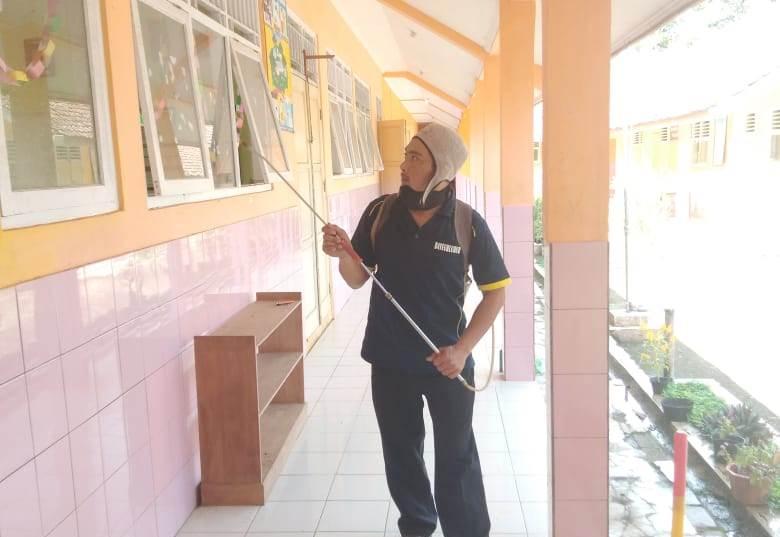 Penyemprotan desinfektan antisipasi penyebaran Covid-19 di lingkungan sekolah di Desa Datar Kecamatan Dayeuhluhur, Rabu (25/3)/TASLIM INDRA