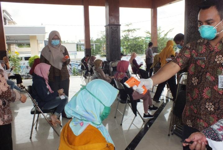 PEMERIKSAAN : Buruh Karyawan Pabrik menjalani Pemeriksaan oleh tim medis, Rabu (18/3).