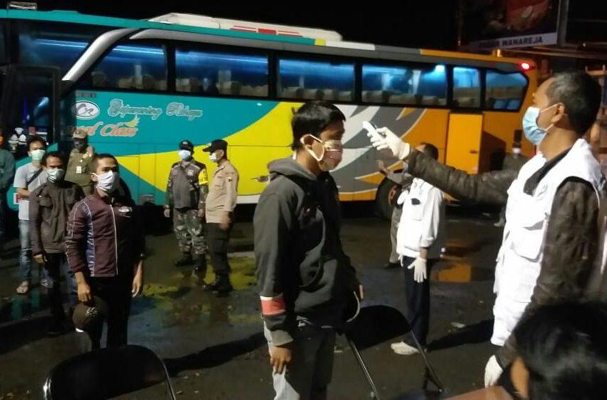 Kepala UPTD Puskesmas Wanareja I melakukan Screening kepada penumpang bus dalam kegiatan operasi antisipasi penyebaran Covid-19 terhadap pemudik di Alun-alun Wanareja Kabupaten Cilacap, Sabtu (29/3)/TASLIM INDRA