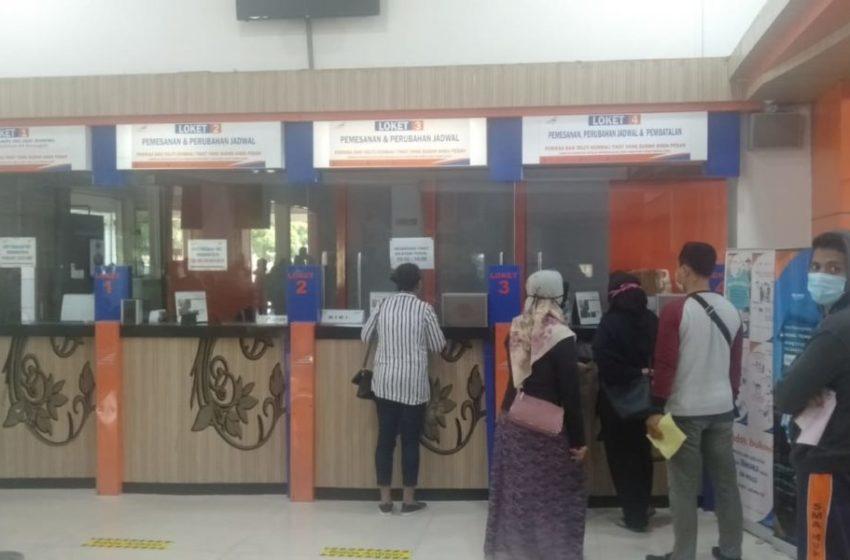 PEMBATALAN : Sejumlah warga tengah memproses pembatalan atau perubahan jadwal keberangkatan di Daop 5 Purwokerto.