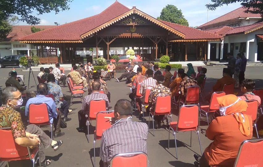 RAPAT : Pemkab Banyumas menggelar rapat sembari berjemur bersama tokoh masyarakat dan agama.