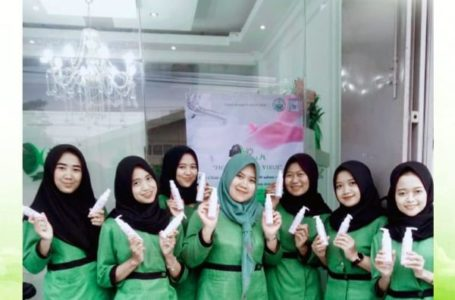 BAGI SABUN : Kiwi Clinic membagikan 3000 sabun untuk pelanggan dan masyarakat.